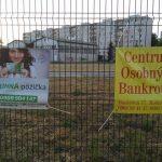Tak tomu hovoríme vo Vzdore-strane práce foto týždňa: Reklamné bannery rozumná pôžička a centrum osobných bankrotov bok po boku…