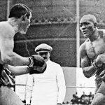 Jack Johnson bol prvým afroamerickým boxerom, ktorý získal titul majstra sveta v ťažkej váhe: Lámal rasové bariéry a postavil sa nadradenosti bielej rasy v USA